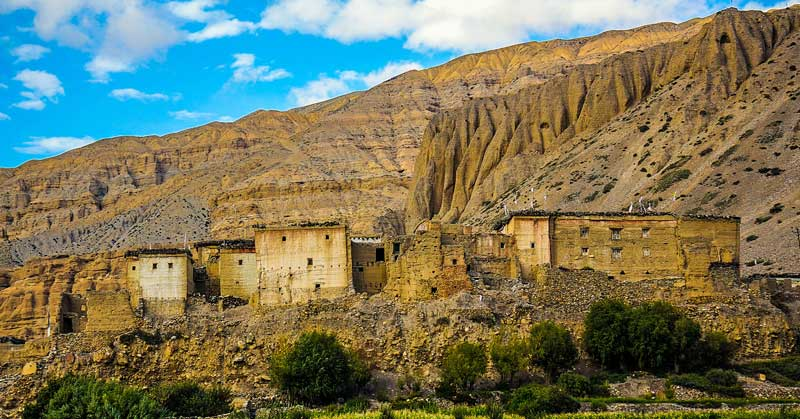 Old residential houses in Chhusang, against the backdrop of the mountain. Trekking to the Upper Mustang. Nepal. — Photo by Papava